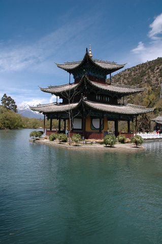 lijiang black dragon pond.jpg